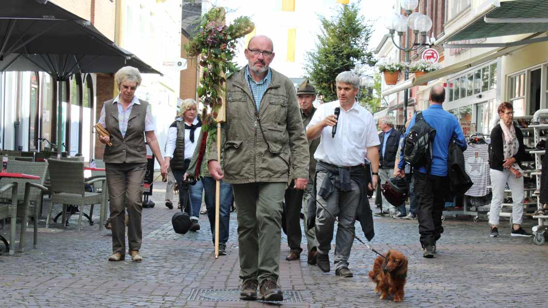 Willi van der Wal führt zusammen mit Frank Ingendae (rechts) die Gruppe an. | Foto: Annette Saal