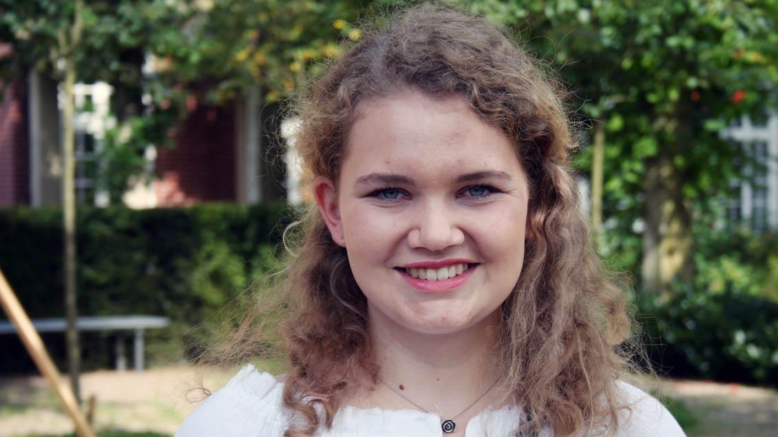 """Medizinstudentin Clara Demes (20) aus Stadtlohn in der Rolle des einfachen Mädchens """"Aurelia von da"""". Die ist auf der Durchreise und hat Zweifel am System der """"Gnadenpunkte"""". Sie ist fasziniert von den Worten der """"Das große Ganze"""" liebt eine"""
