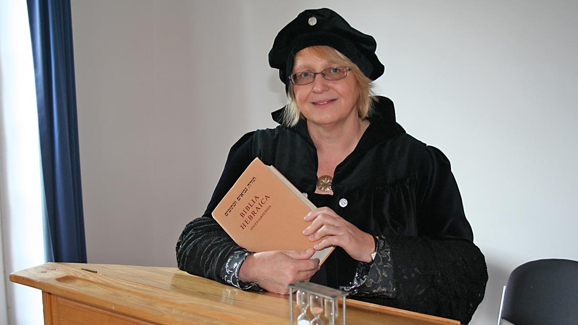"""In der Rolle der """"Reformatorin"""" im Rollenspiel predigt Pastorin Heike Musolf aus Aurich gegen das System der """"Gnadenpunkte"""" an. Zunächst allerdings vergeblich.   Foto: Michael Rottmann"""
