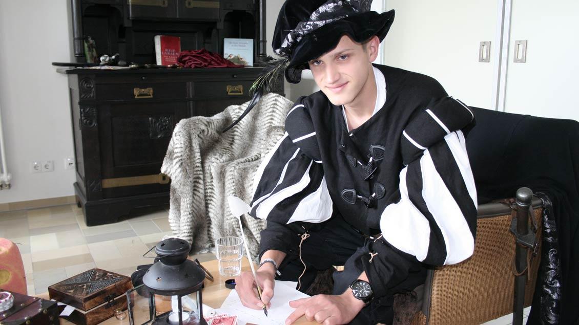 """Fürst Albrecht ist darauf bedacht, seinen Einfluss und seine Macht zu erhalten. Konstantin Musolf (17) aus Aurich füllte bei """"Gnadenstoß"""" diese Rolle aus.   Foto: Michael Rottmann"""
