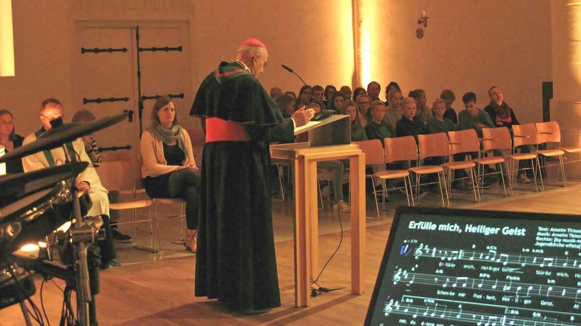 Bischof Genn beim Jugendgebetsabend.