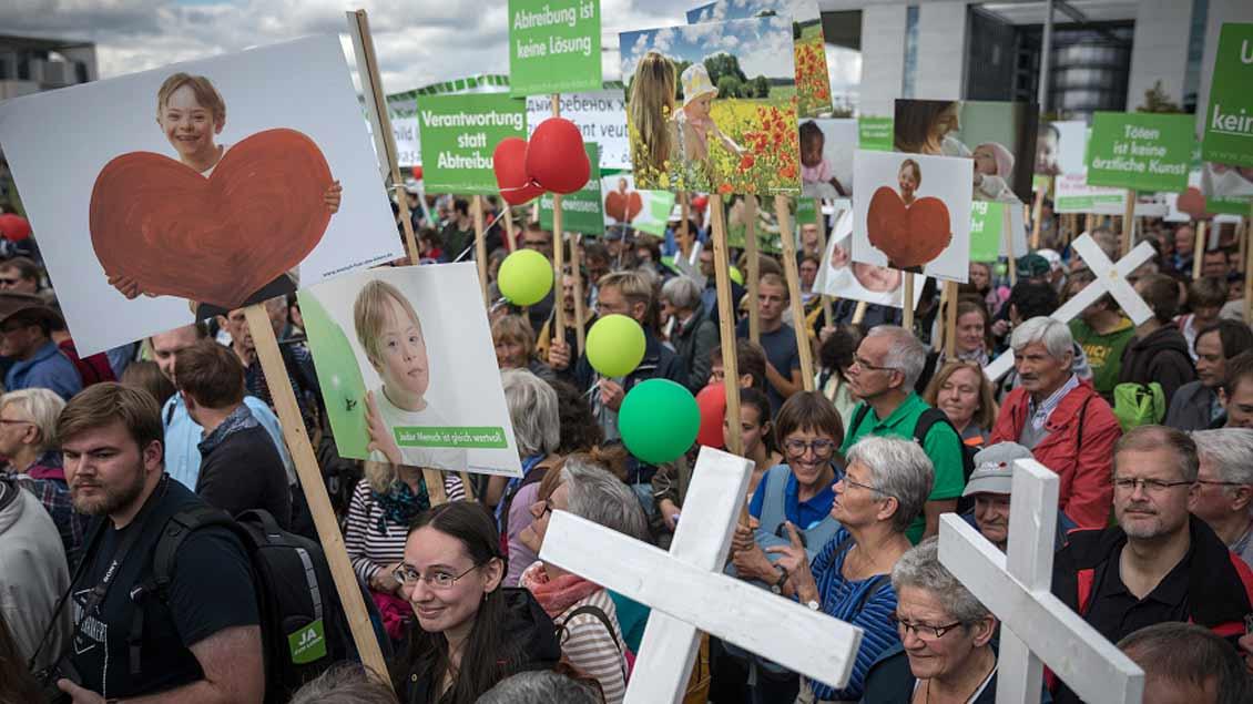 """Rund 7.500 Menschen haben nach Angaben der Veranstalter am Samstag beim 13. Berliner """"Marsch für das Leben"""" gegen Abtreibung und aktive Sterbehilfe demonstriert."""