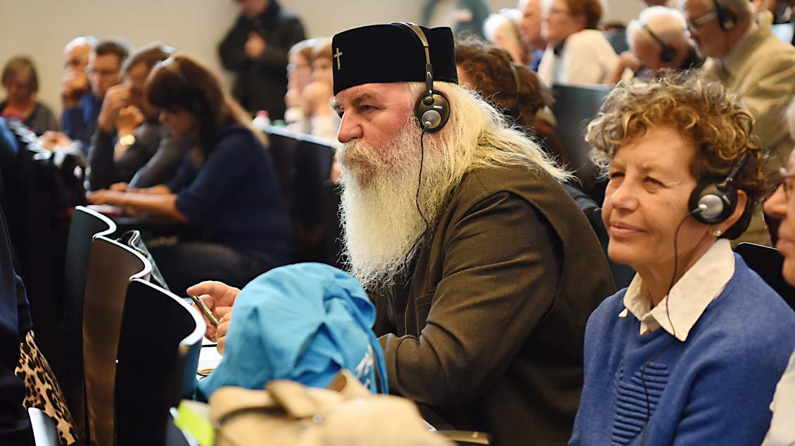 Konzentrierte orthodoxe Zuhörer in der Petrikirche Münster am dritten Tag des Weltfriedenstreffens. | Foto: Michael Bönte