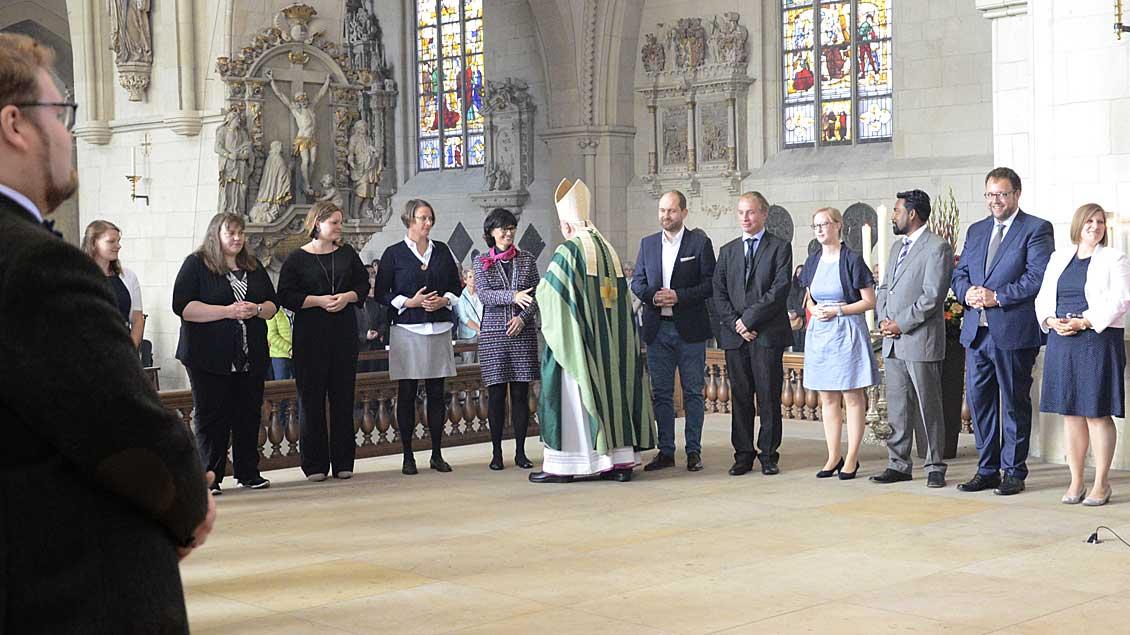 Bischof Felix Genn gratuliert den neuen Pastoralreferenten während der Beauftragungsfeier im St.-Paulus-Dom in Münster. Foto: Bischöfliche Pressestelle/Thomas Mollen