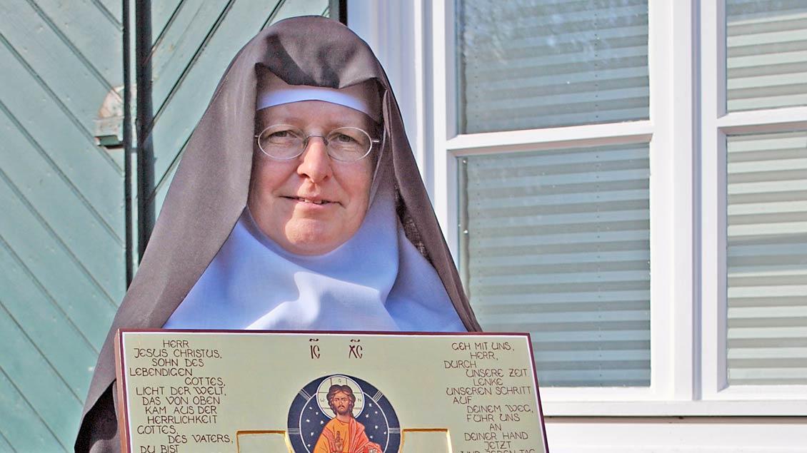 Schwester Antje Eichhorn mit einer Ikone.