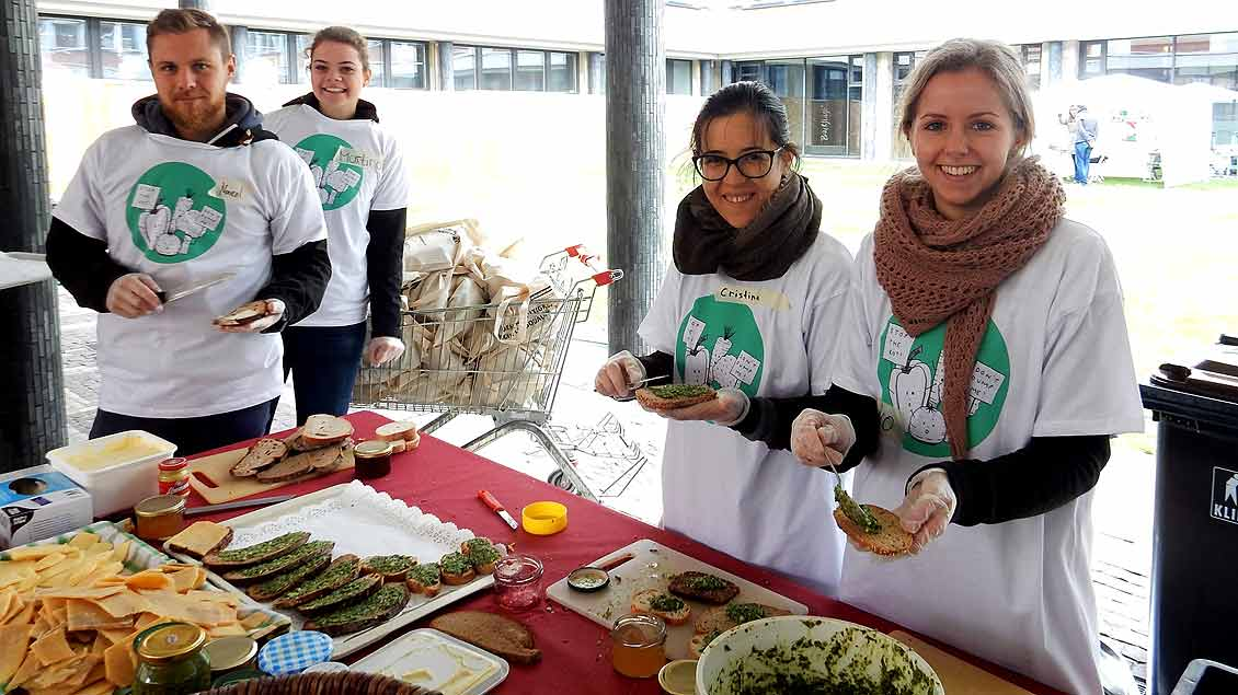 """Rund 100 Freiwillige wie diese jungen Leute halfen bei den Vorbereitungen für die """"Speisung der 5.000""""."""