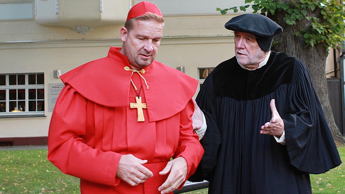 Eine Szene des Stadtspiels: Martin Luther (gespielt von Gottfried Forstmann) beim Verhör mit Kardinal Cajetan (dargestellt von Thomas Henning).