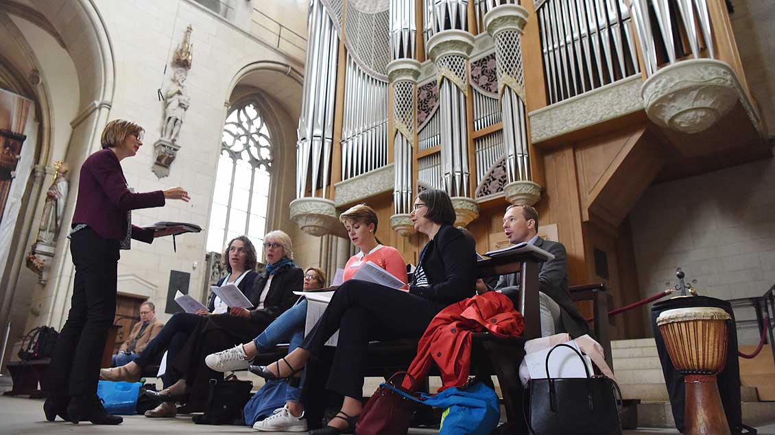 Singen für den Frieden: Ein Projekt-Chor von Weltfriedenstreffen-Teilnehmern im St.-Paulus-Dom in Münster. | Foto: Michael Bönte