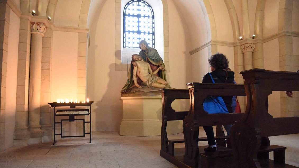 Persönliches Friedensgebet: Teilnehmerin am Weltfriedenstreffen vor der Pieta im St.-Paulus-Dom. | Foto: Michael Bönte