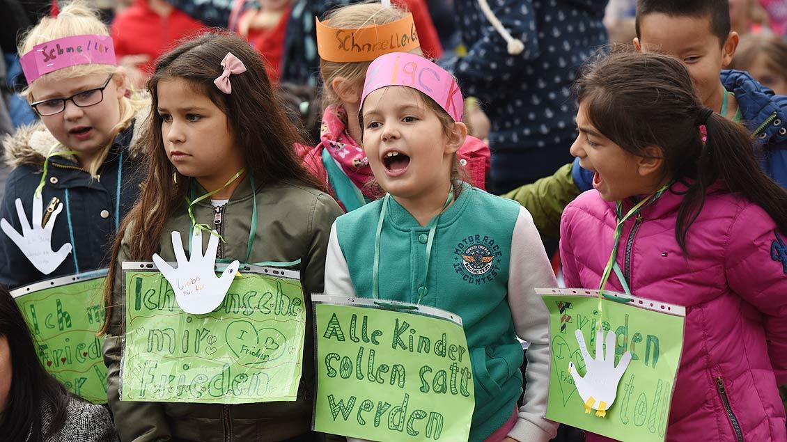 Frieden!!! Lauter geht´s kaum. Der Wunsch der Schülerinnen beim Kinderfriedenstreffen auf dem Domplatz in Münster ist nicht zu überhören. | Foto: Michael Bönte