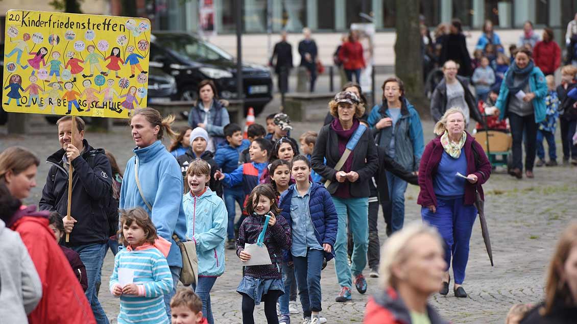 Friedensmarsch: Schüler aus 14 Grundschulen kommen zum Kinderfriedenstreffen auf dem Domplatz in Münster. | Foto: Michael Bönte