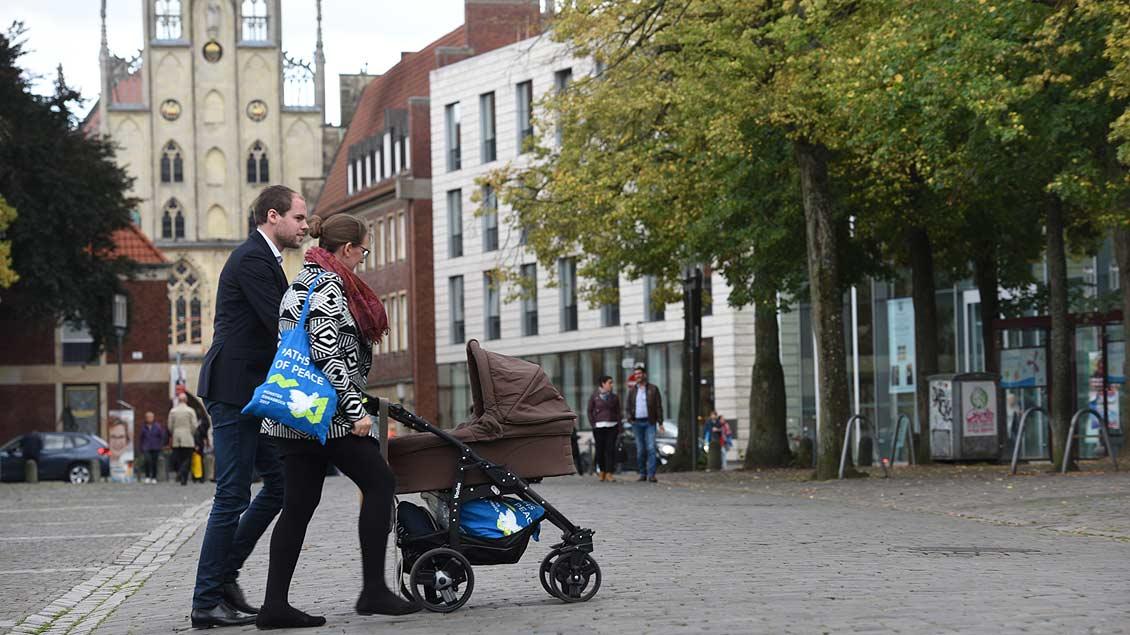 Die Teilnehmer am Weltfriedenstreffen in Münster sind an den blauen Taschen zu erkennen, die Sant´Egidio verteilt hat. | Foto: Michael Bönte