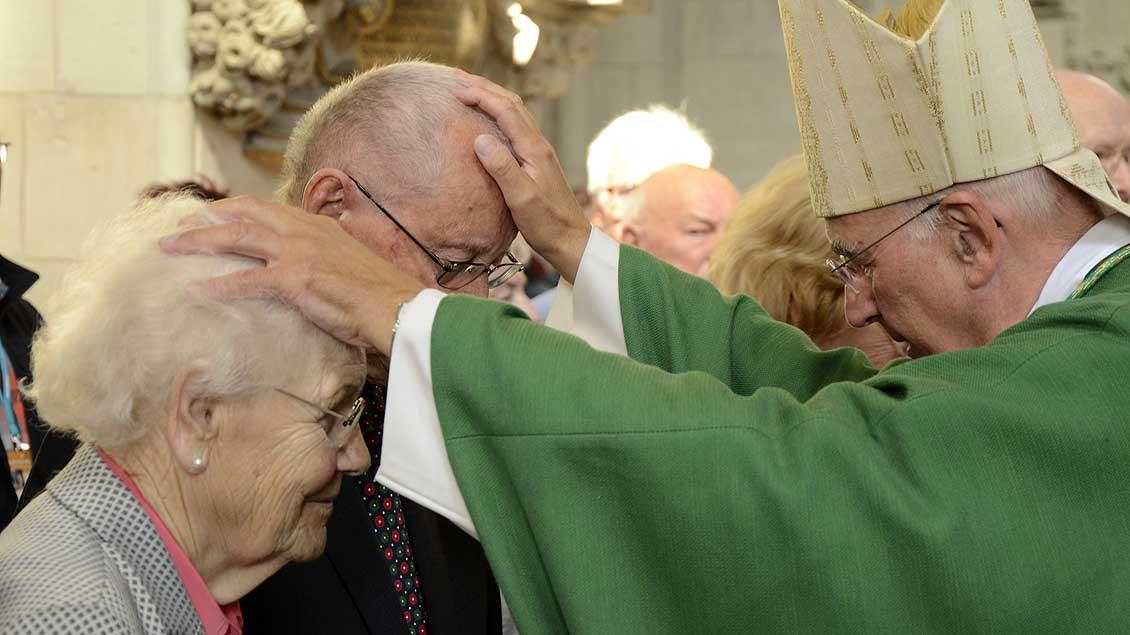 Bischof Genn segnet