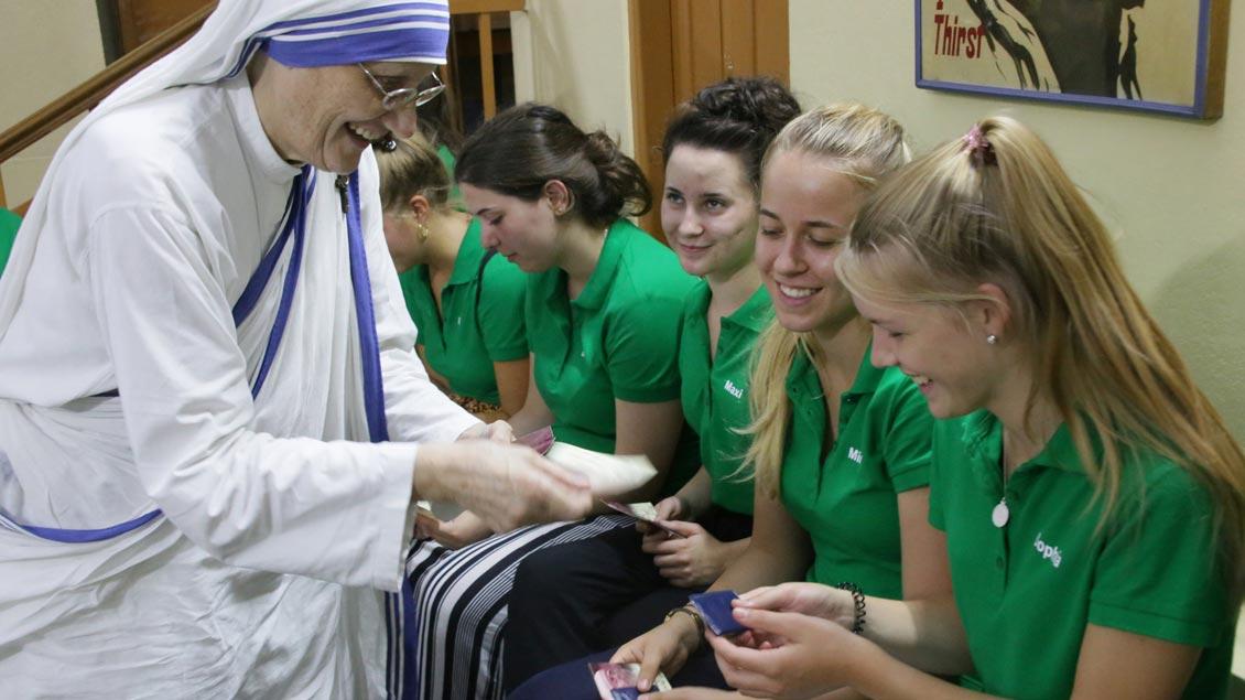 Die aus Reken stammende Generaloberin der Missionarinnen der Nächstenliebe, Schwester Mary Prema Pierick, verteilt an Schülerinnen des Gymnasiums Mariengarden kleine Andenken an Mutter Teresa.