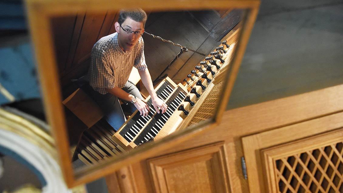 Kirchenmusiker Andreas Müller an der Orgel in der Klosterkirche Marienfeld