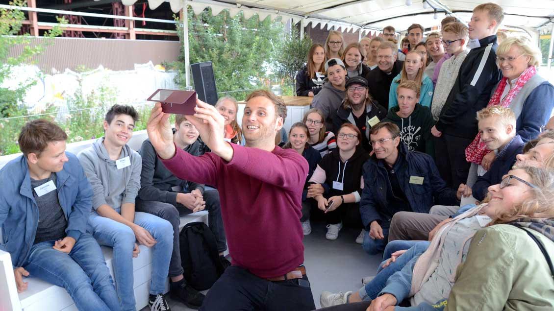 """Leon Windscheid, Eigner der """"MS Günther"""", hielt den Besuch im Selfie fest."""