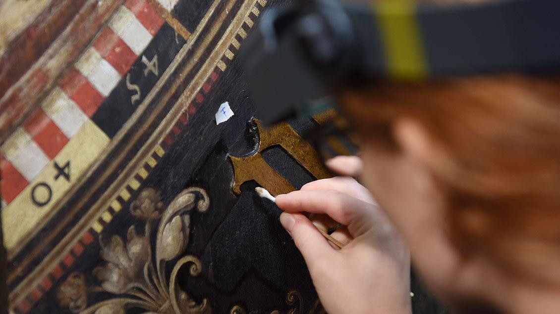 Das Wattestäbchen ist wichtigstes Werkzeug der Restauratorinnen. | Foto: Michael Bönte