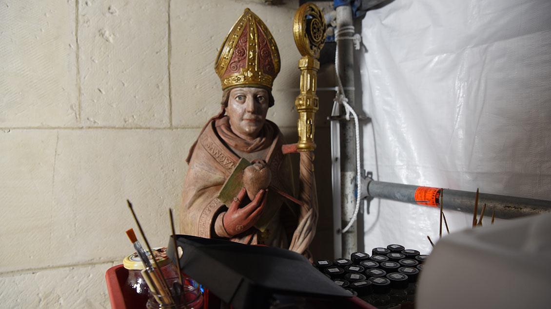 Die Darstellung des heiligen Augustinus steht direkt neben dem Arbeitstisch. | Foto: Michael Bönte