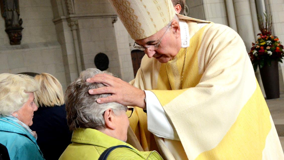 Bischof Felix Genn segnet gemeinsam mit anderen Geistlichen viele Menschen persönlich, die ihren Lebenspartner verloren haben.