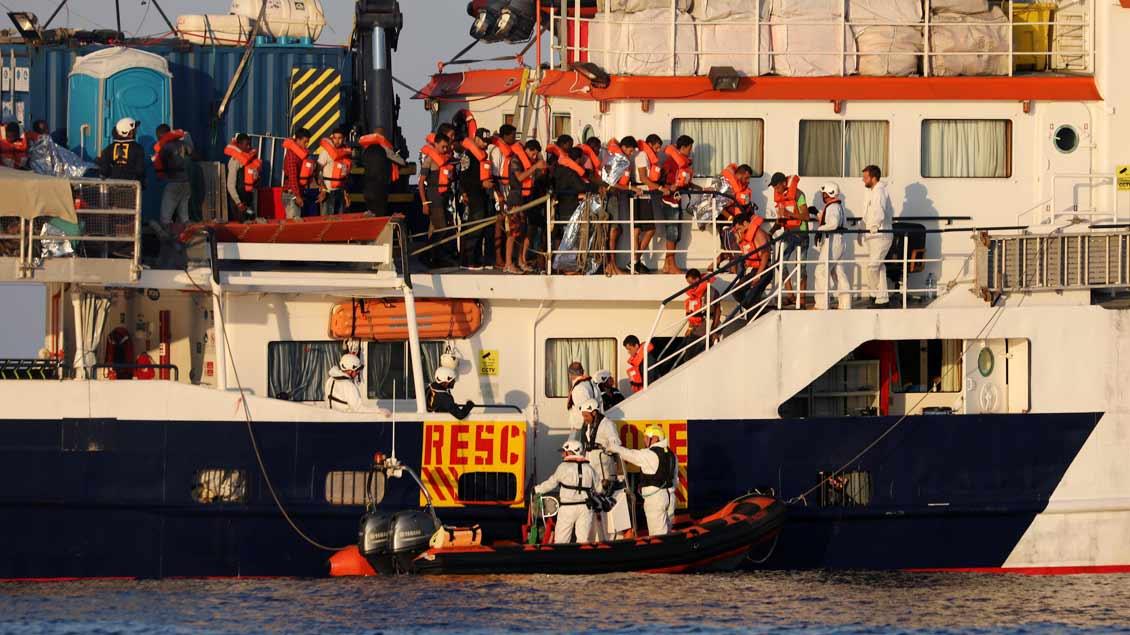 """Das Rettungsschiff """"Phoenix"""" der Initiative MOAS rettet Flüchtlinge, hier im August 2017."""