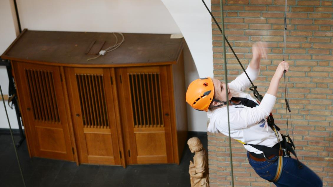 FOTOSTRECKE: Was hat ein Beichtstuhl mit einer kletternden Jugendlichen gemeinsam? Wir sind gesichert als Menschen in Gottes Liebe, auch wenn wir uns Fehler leisten. Foto: Michael Bönte