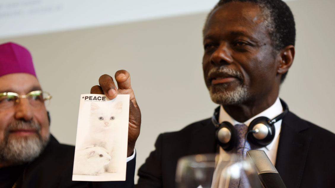 Tom und Jerry mal anders: Für Parfait Onanga-Anyanga, den Sondergesandten der UN für die Zentralafrikanische Republik, ist das Bild der friedlichen Katze neben der Maus symbolträchtig. | Foto: Michael Bönte