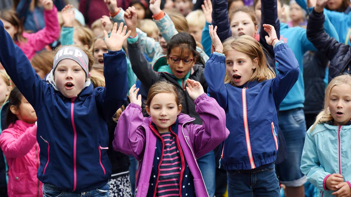 Kleines Treffen im Rahmenprogramm: Das traditionelle Kinderfriedenstreffen gibt es in Münster bereits seit 20 Jahren. Dieses Jahr passt es prima zum großen Weltfriedenstreffen. Auf den Domplatz kamen 1400 Kinder aus 14 Grundschulen. | Foto: Michael Bön