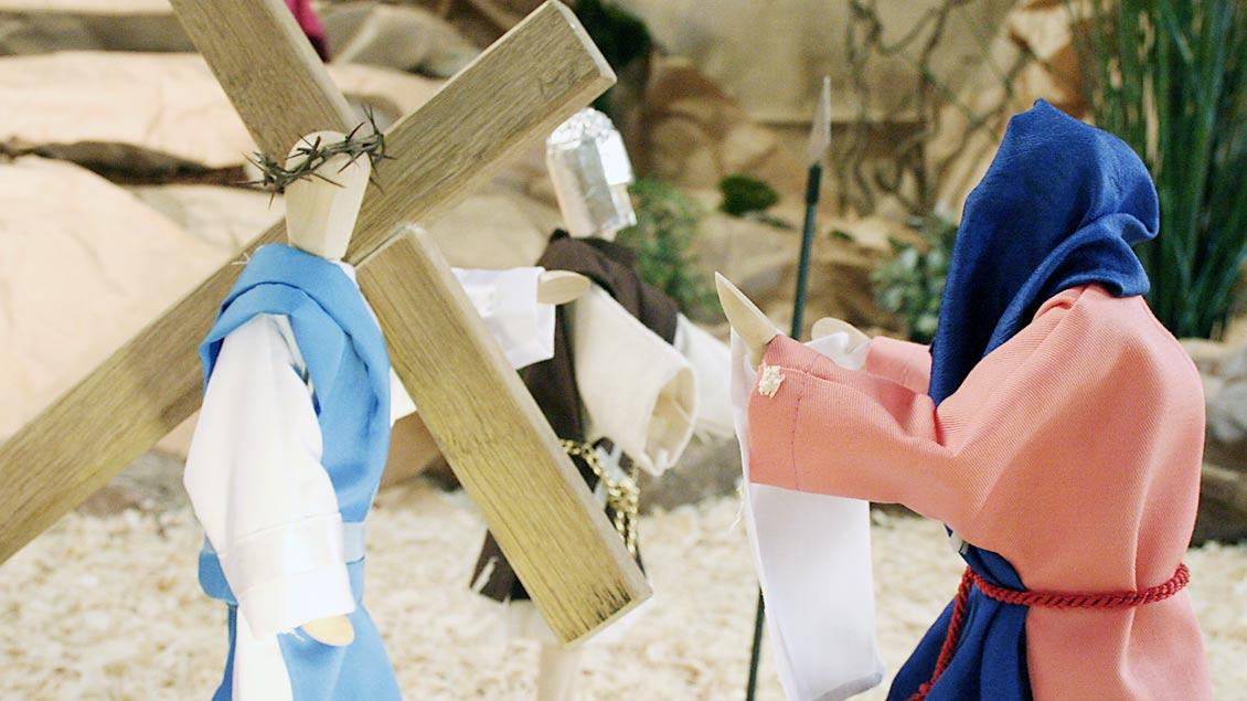 """""""Veronika reicht Jesus das Schweißtuch"""" heißt eine der Stationen der Holdorfer """"Fastenkrippe""""."""