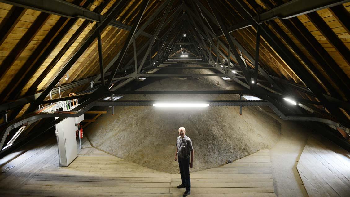 Von Schönheit der Architektur kann hier kaum die Rede sein. Für Günter Ruhe ist die oberste Etage der Kathedrale ein Arbeitsplatz – mehr nicht.