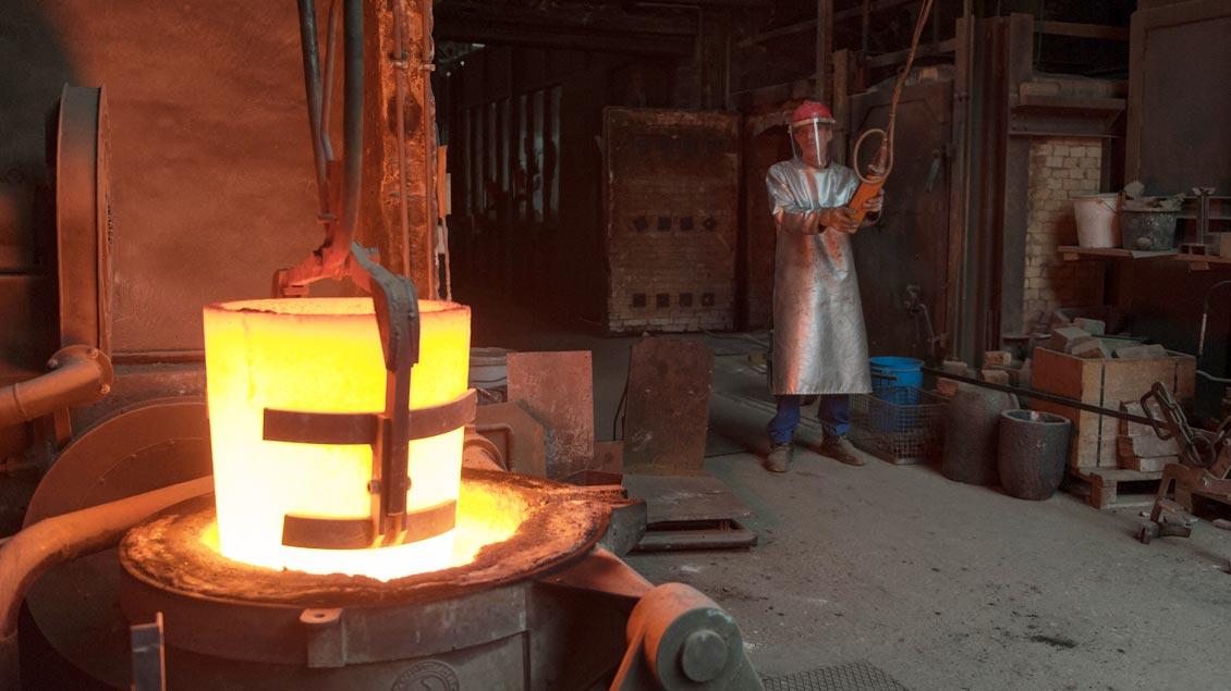Ein Kran ist die einzige Möglichkeit, den ungefähr 600 Kilogramm schweren und glühend heißen Tiegel aus dem Ofen zu heben. | Foto: Constantin Rimpel
