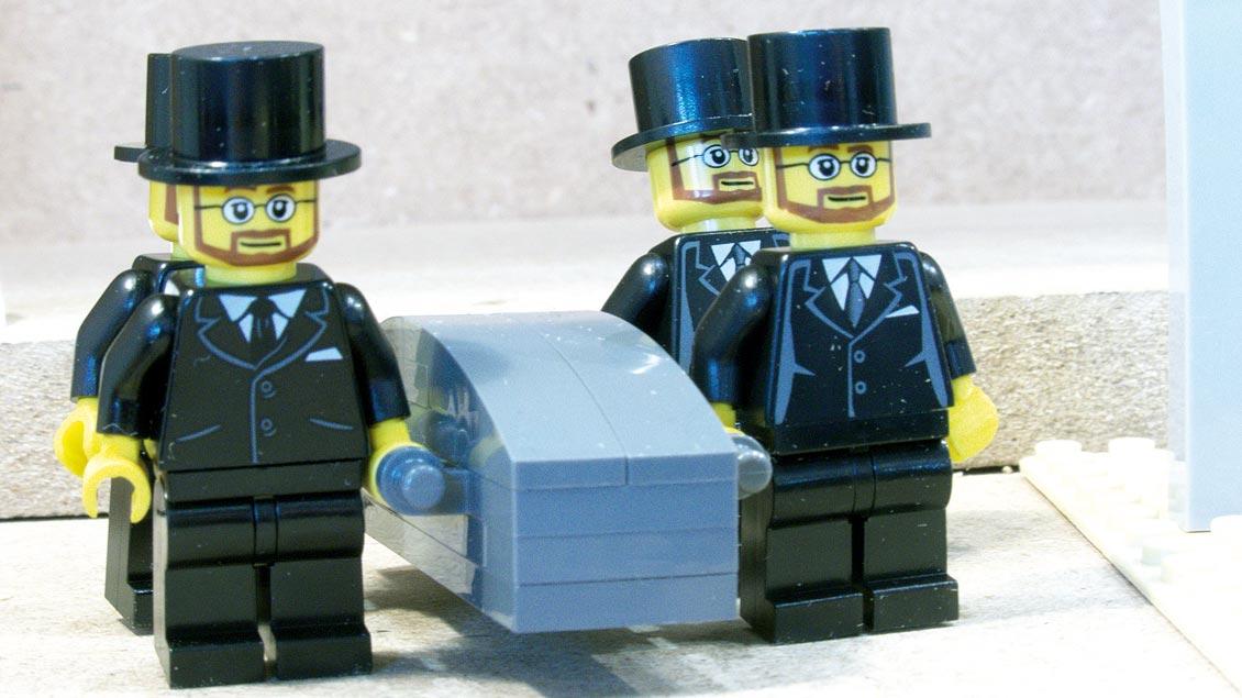 Sargträger mit Sarg aus Lego-Bausteinen und Figuren - eines der Sets des Bestattungs-Spielzeugs.