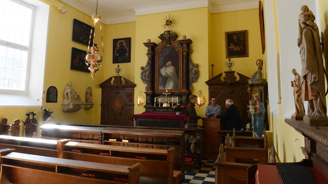 Eine Kapelle, viele Geschichten: Die Sonne bringt Licht in das kleine Gotteshaus im Westflügel von Haus Havixbeck.