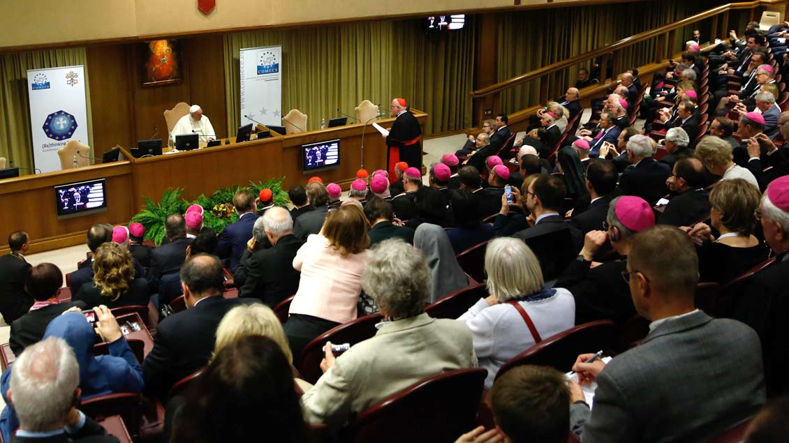 Papst Franziskus hört während des Kongresses im Vatikan der Rede von COMECE-Präsident Kardinal Reinhard Marx zu.
