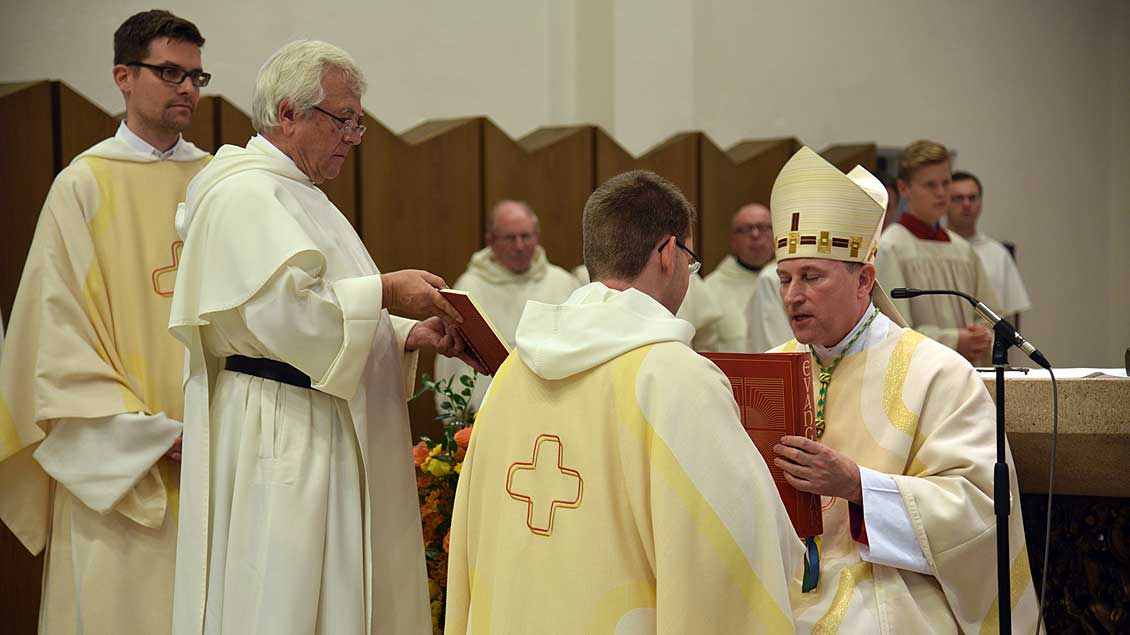 Weihbischof Wilfried Theising überreicht Fr. Christoph Tobias Brandt OP das Evangeliar. Foto: Ludger Heuer (pd)