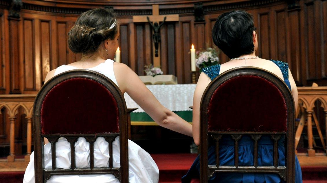 Ein Frauenpaar bei ihrer Segnung in einer protestantischen Kirche in Frankreich.