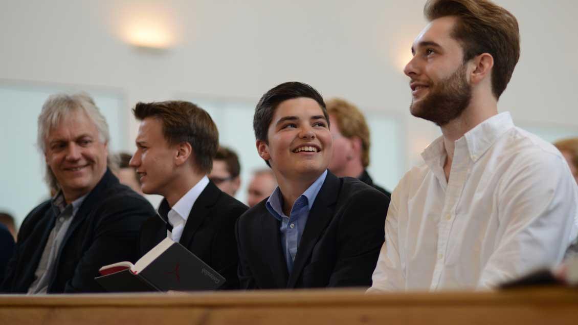 Jugendliche in einem Gottesdienst.