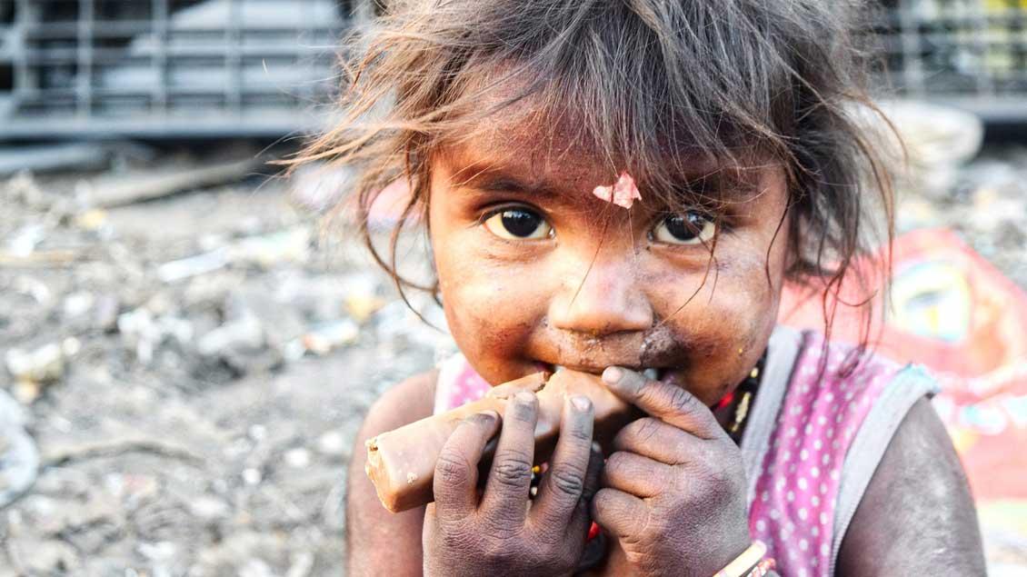 Mädchen in einem Slum in Indien.