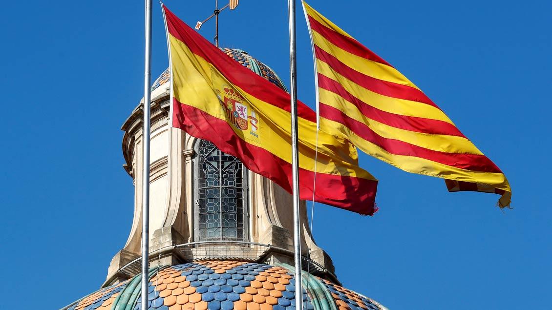 Die spanische und die katalanische Flagge wehen am Tag nach der Erklärung der Unabhängigkeit Kataloniens noch nebeneinander am Sitz des Regionalparlaments.