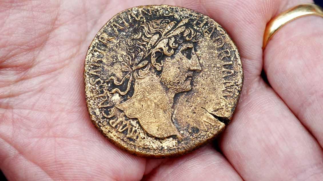 Antike Münze mit dem Kopf des römischen Kaisers Hadrian.