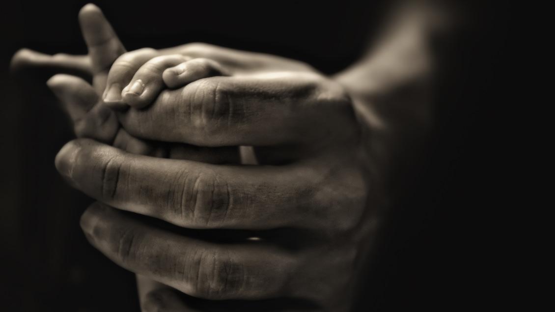 Das Foto von Andreas Hosse zeigt Kinderhände, die von älteren Händen gehalten werden. | Foto: Andreas Hosse Das Foto von Andreas Hosse zeigt Kinderhände, die von älteren Händen gehalten werden. | Foto: Andreas Hosse