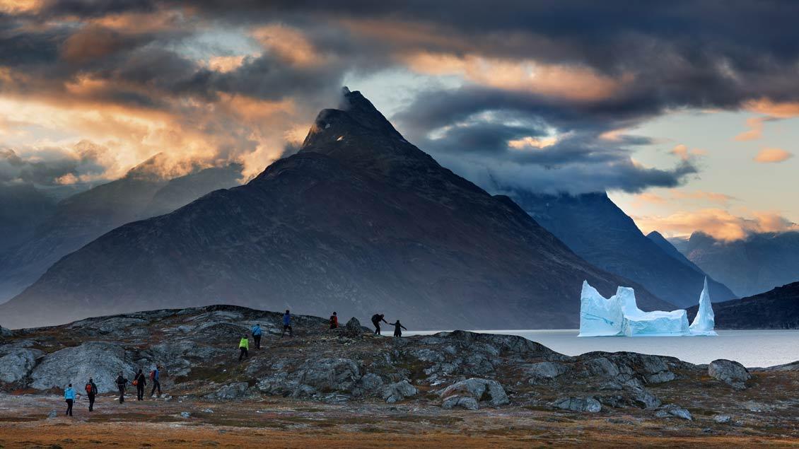 Das Foto von Dieter Mendzigall zeigt Touristen vor einem schmelzenden Eisberg. | Foto: Dieter Mendzigall