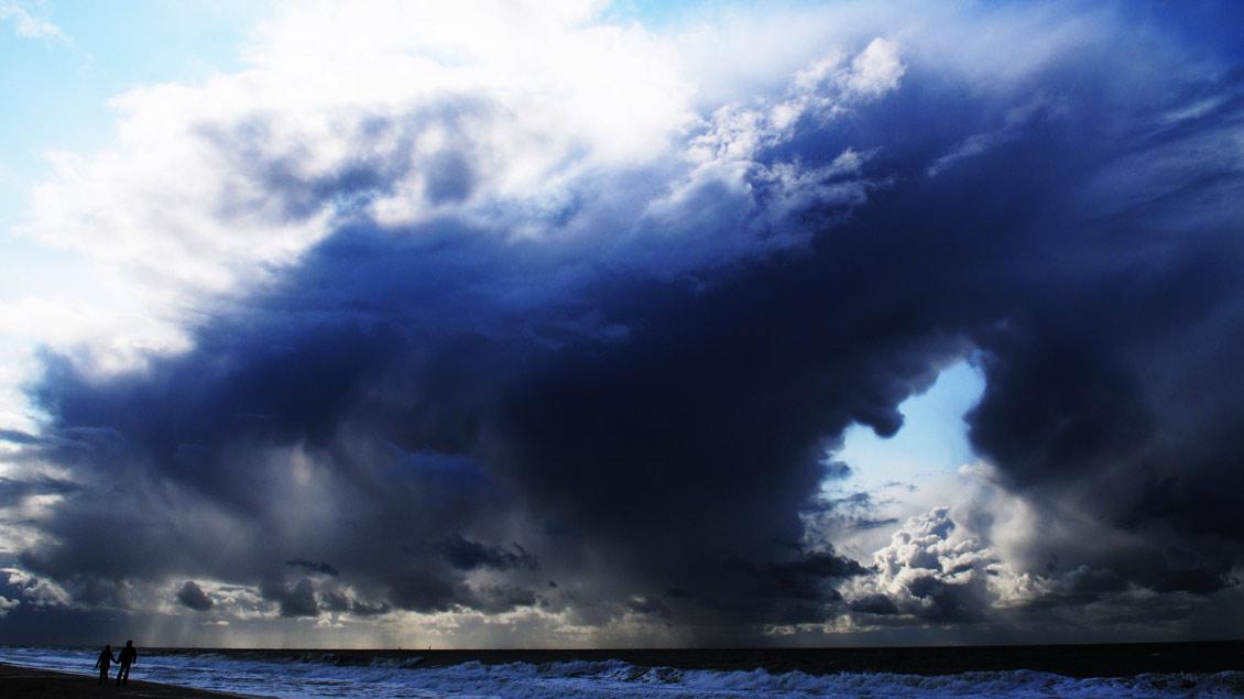 Das Foto von Kirche+Leben-Reporter Michael Bönte zeigt eine Sturmszene am Nordsee-Strand. | Foto: Michael Bönte