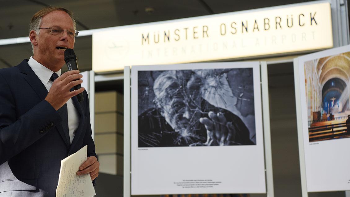 Domkapitular Klaus Winterkamp bei der Eröffnung der Foto-Ausstellung auf dem Flughafen Münster-Osnabrück. | Foto: Michael Bönte