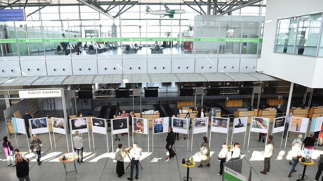 Die Fotos sind in der großen An- und Abflughalle des Flughafens zu sehen. | Foto: Michael Bönte