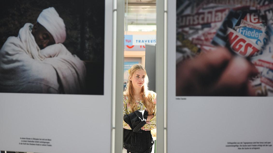 Interessierte Betrachterin der Ausstellung. | Foto: Michael Bönte