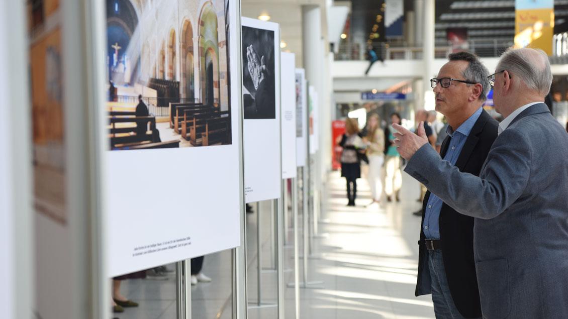 Die Motive der Ausstellung fordern zur Auseinanderstzung auf. | Foto: Michael Bönte