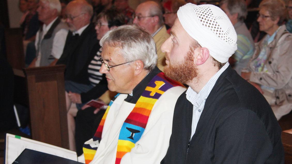Pfarrer Ludger Ernsting (links) hofft auf viele Gebetstexte. Foto: Johannes Bernard