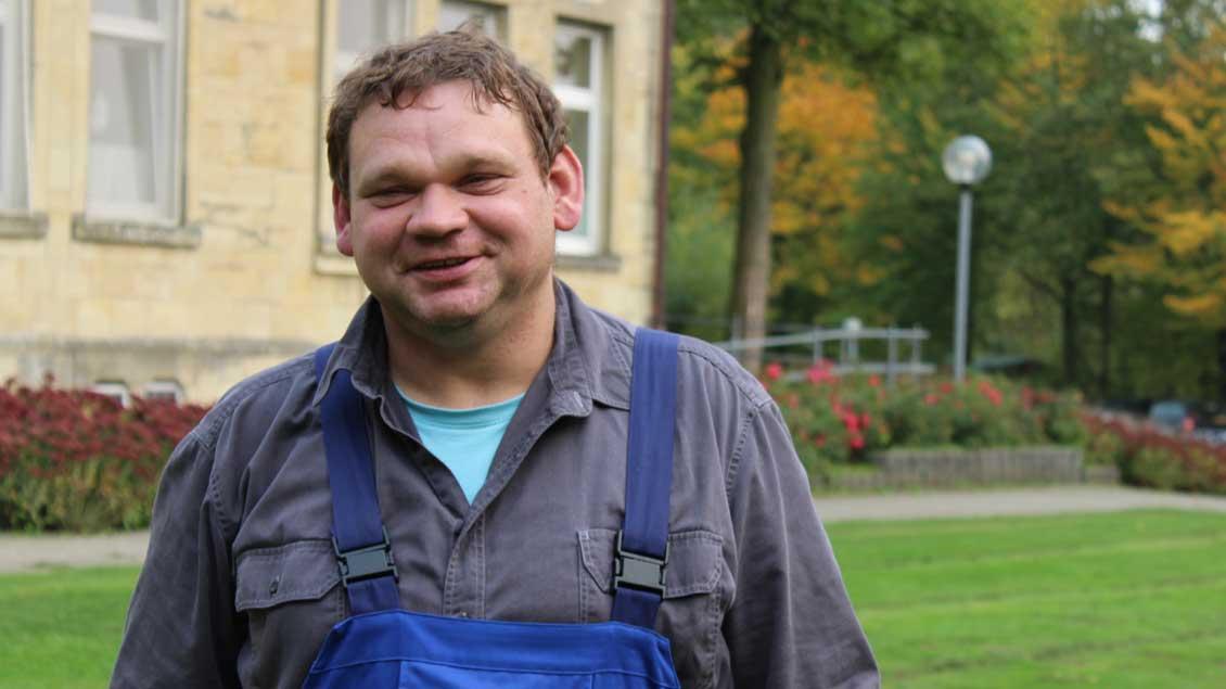 Im Stift Tilbeck arbeitet Bewohner Benjamin Rottmann im Fahrdienst und trägt dabei immer einen Blaumann. Beim Martinsumzug im November spielt der 40-Jährige zum zweiten Mal den Bettler.