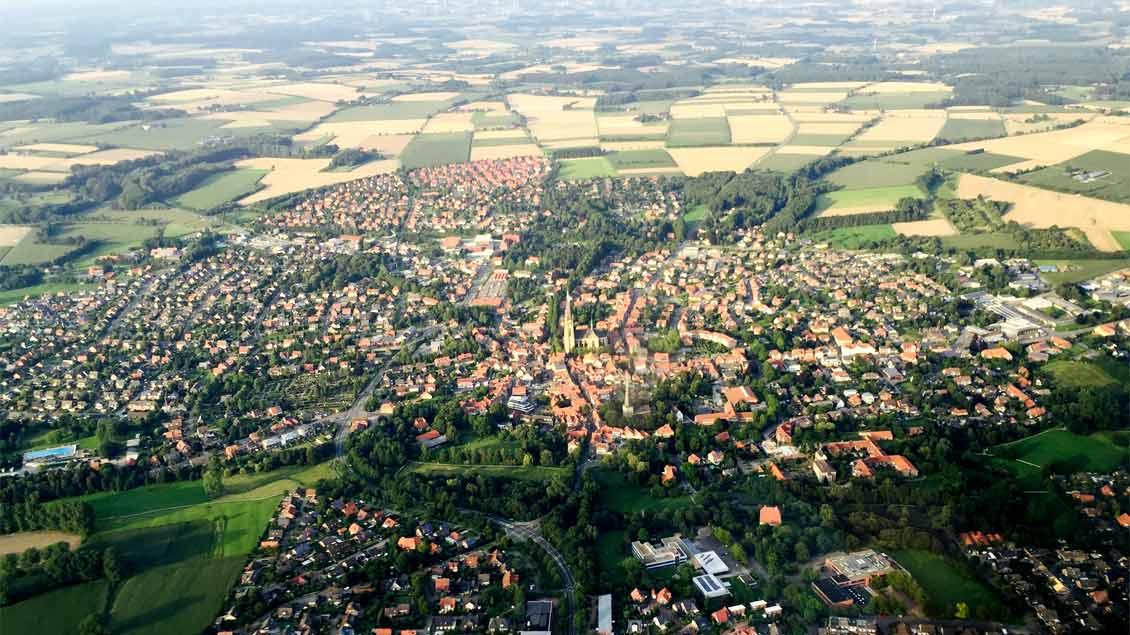 Typisch Münsterland: Weite Felder, grüne Landschaft und die Kirche im Zentrum der Ortschaften - hier Billerbeck im Kreis Coesfeld.
