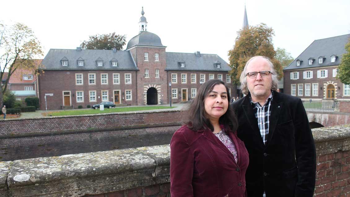 Katharina und Werner Schmidtke vor dem Ahauser Schloss. Das Ehepaar hat nach Jahrzehnten der Folter und Entmündigung in der Colonia Dignidad im westfälischen Ahaus eine neue Heimat gefunden.